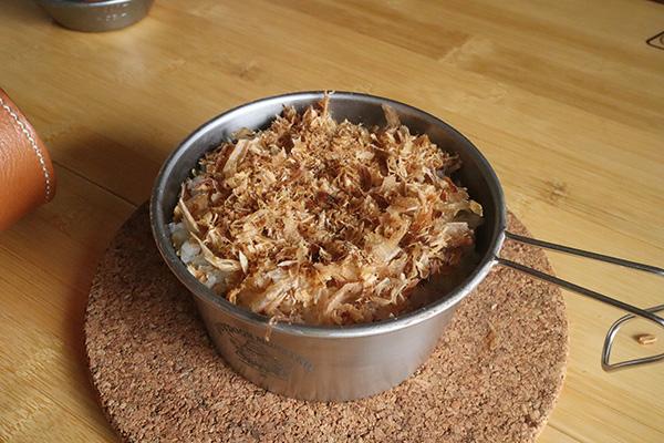 しらす丼作り方/鰹節を敷く