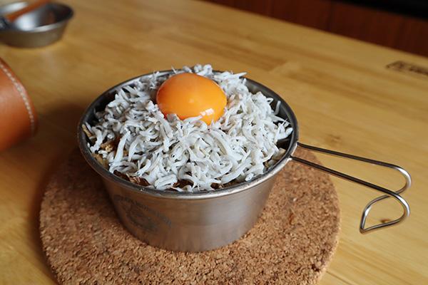 しらす丼の作り方/しらすと卵黄を乗せる