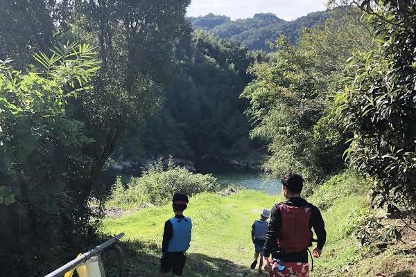 カルディアキャンプ場川遊びへ向かう坂道