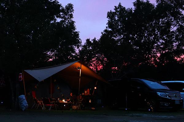 トライライトな空のカルディアキャンプ場