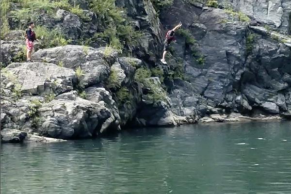 川へ飛び込み