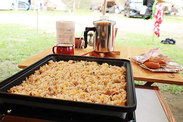 キャンプの昼食は焼き上手さんでチャーハン
