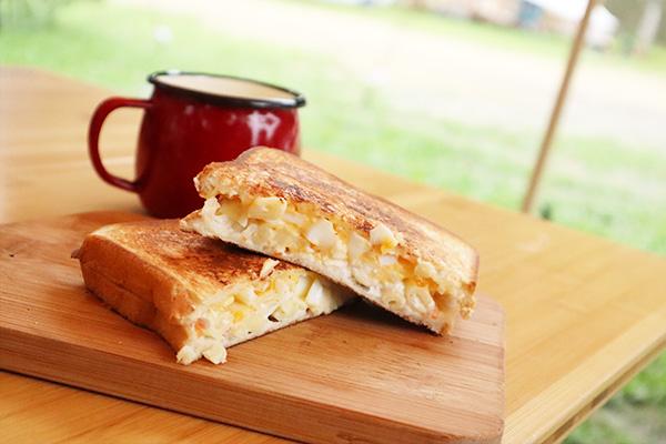 キャンプの朝食ホットサンド