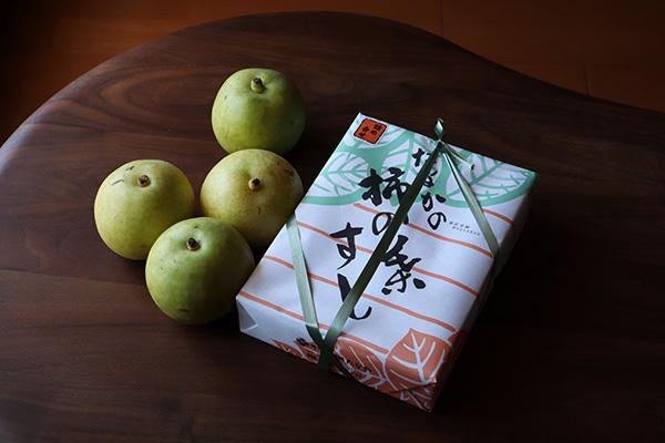 奈良のお土産、柿の葉寿司と梨