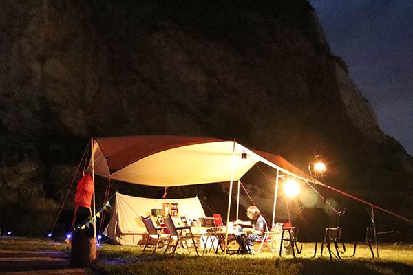 白崎海洋公園オートキャンプ場の夜のサイト