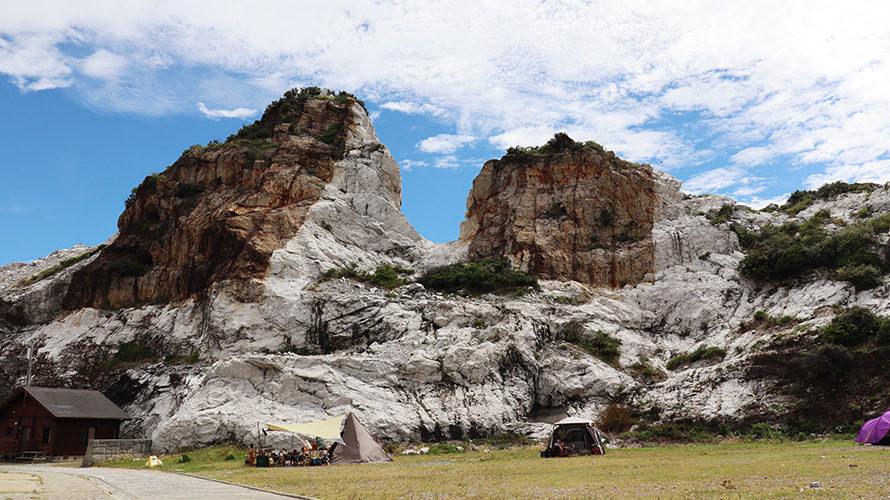 石灰岩に囲まれた白崎海洋公園キャンプ場のフリーサイト