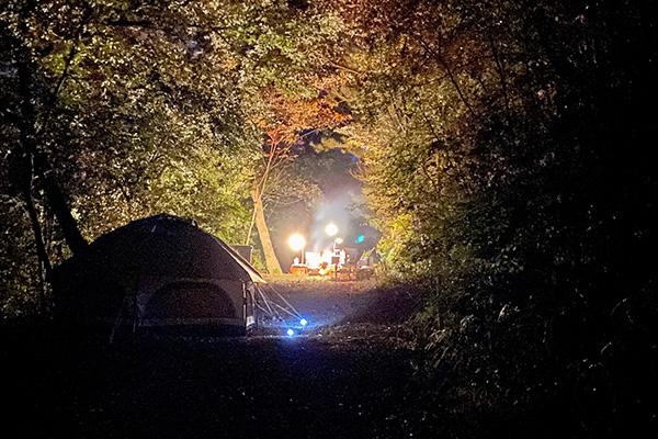 ちいさな森キャンプ村でのワイルドな焚き火風景