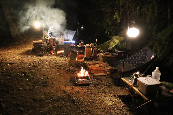ちいさい森のキャンプ村で横並びの焚き火