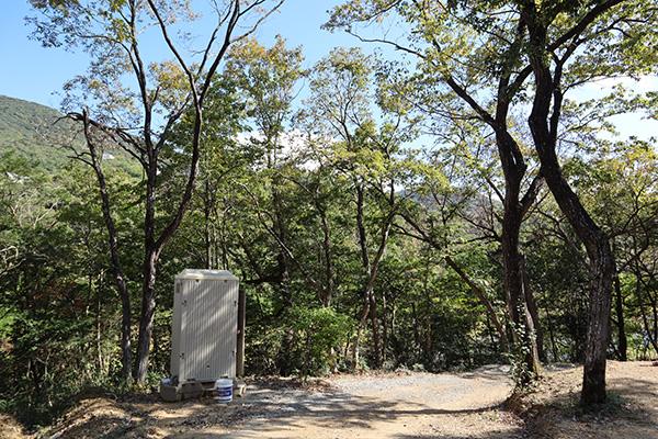 ちいさな森キャンプ場のワイルドなトイレ