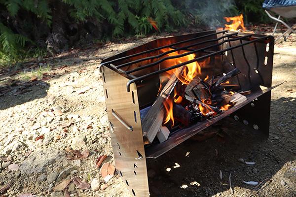 薪グリルに火を入れる
