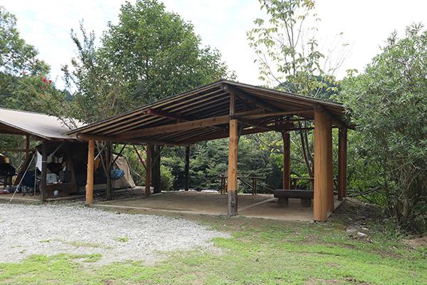 カルディアキャンプ場の屋根付きサイト
