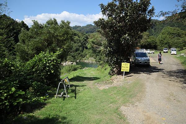 キャンプサイトの裏の坂道