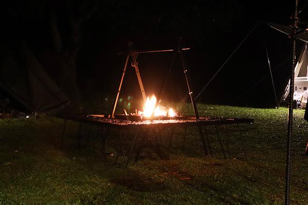 雨の中の焚き火