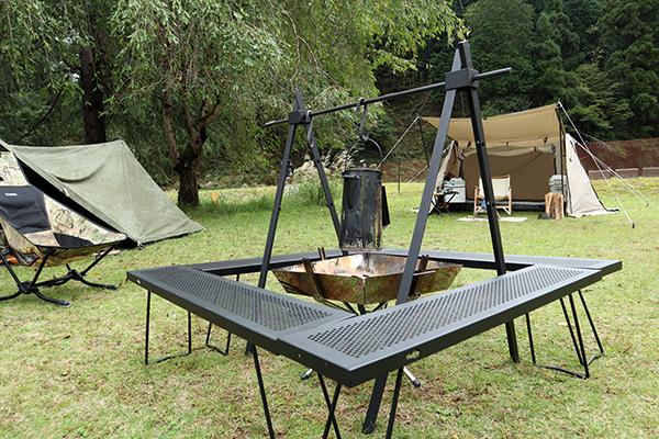 ファイアグリルと尾上のテーブルで焚き火スペース設置