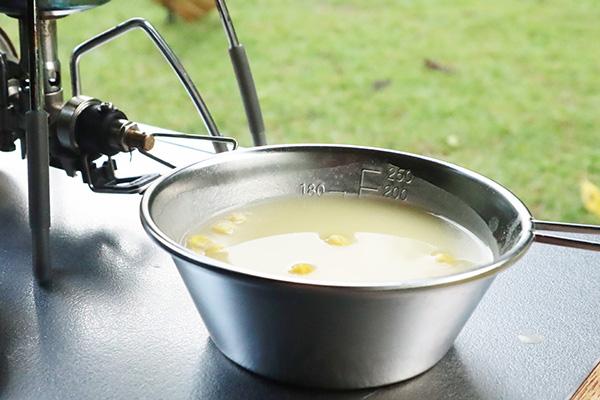 シェラカップで飲む朝のコーンスープ