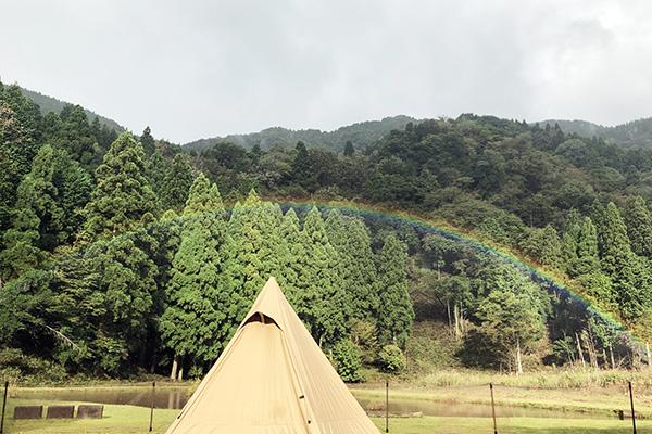 キャンプ場に現れた手が届きそうな虹