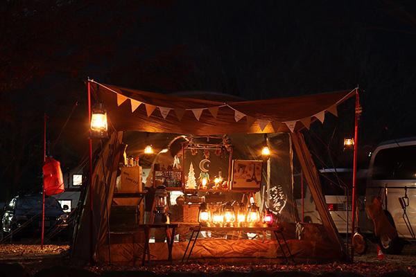 夜のおしゃれなキャンプサイト