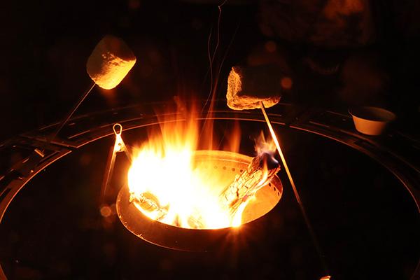 ビッグマシュマロを焚き火で焼く