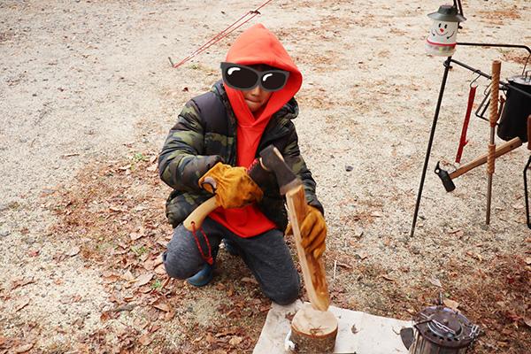 薪割りをする息子