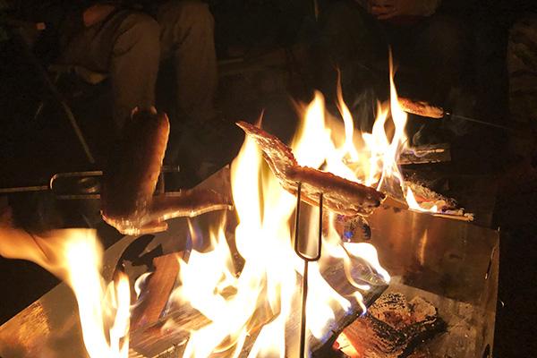 焚き火で手羽先
