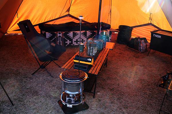 おしゃれキャンプなテント内のテーブル