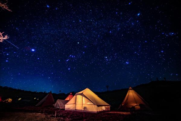 星降る高原キャンプ場で星空撮影