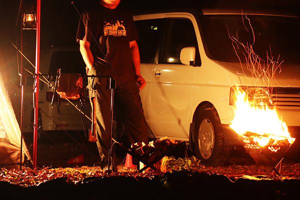 11月でもTシャツ姿で焚き火