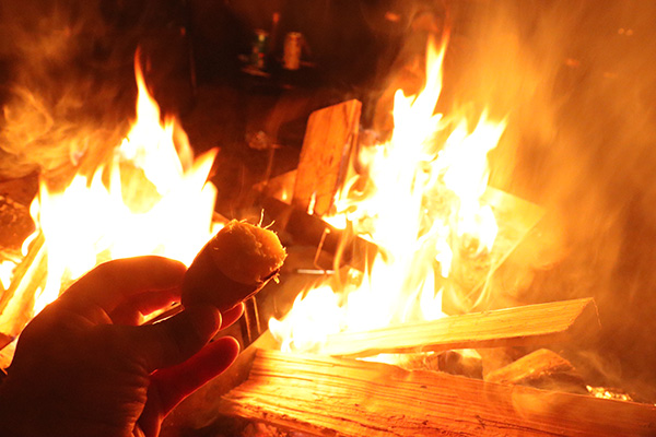 焚き火で焼き芋