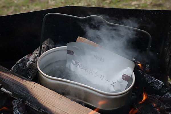飯盒でレトルトカレーを湯煎
