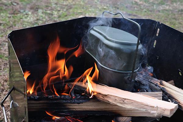 焚き火で飯盒炊飯