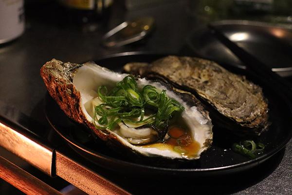 牡蠣の蒸し焼きをネギとポン酢で