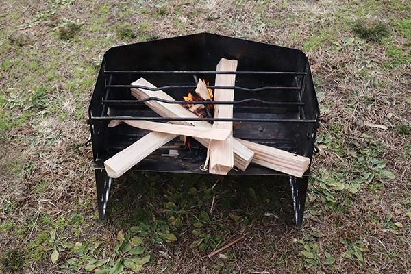 薪グリルに着火