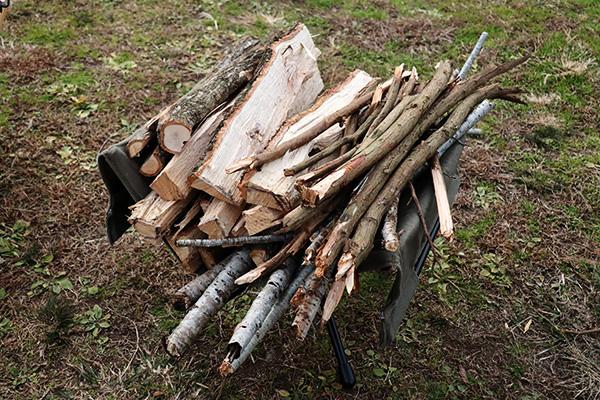薪拾いで集めた枯れ枝と薪