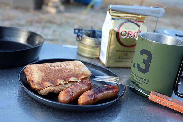 キャンプの朝食ホットサンドとウインナー