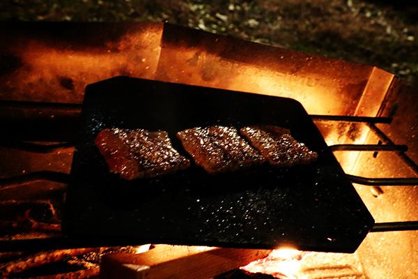 鉄板で牛肉を焼く