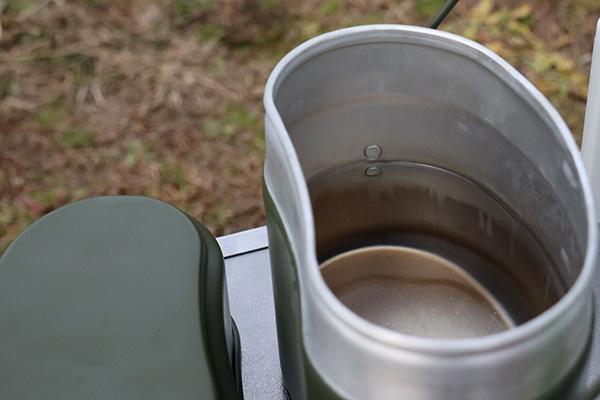 飯盒に水蒸気炊飯するための水を入れる
