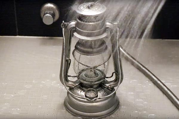 ランタンのクエン酸をシャワーで洗い流す