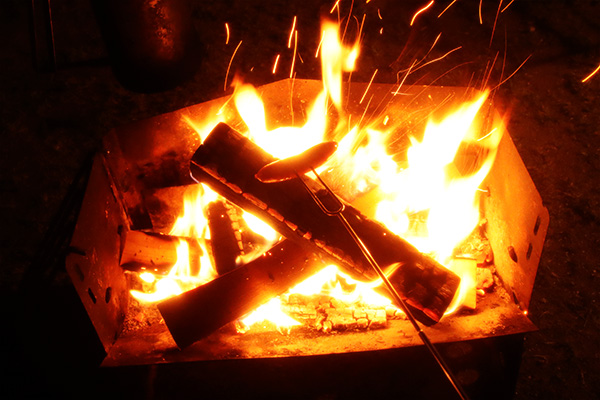 焚き火でウインナー