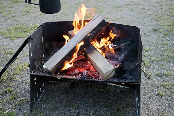 薪グリルで焚火