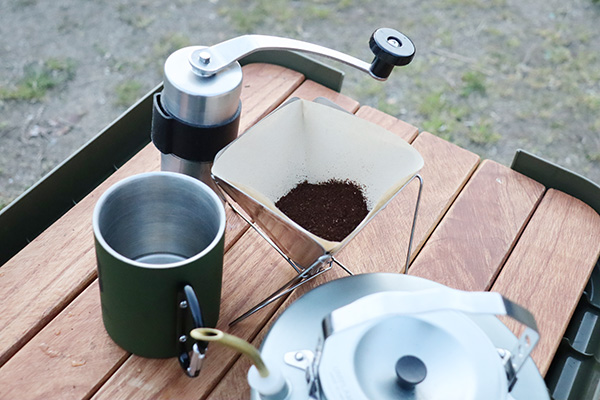 キャンプでミルで豆を挽いて飲むコーヒー