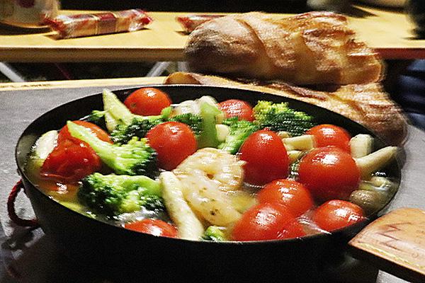 海老とキノコとトマトとブロッコリーのアヒージョ