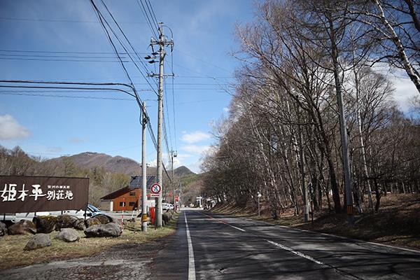 姫木平ホワイトバーチ キャンプフィールド前の道路