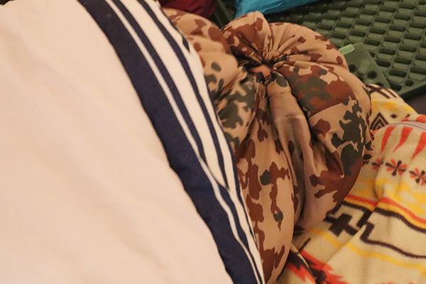 シュラフに潜って眠る息子