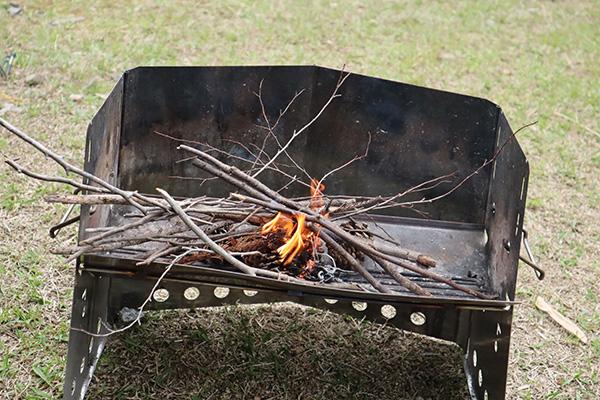 火起こし/枯れ枝に着火