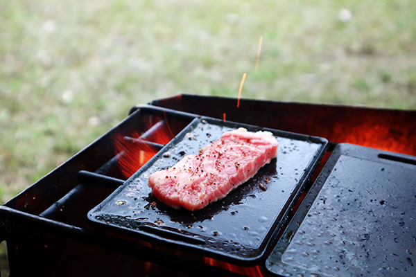 ミニ鉄板で肉を焼く/焚火調理