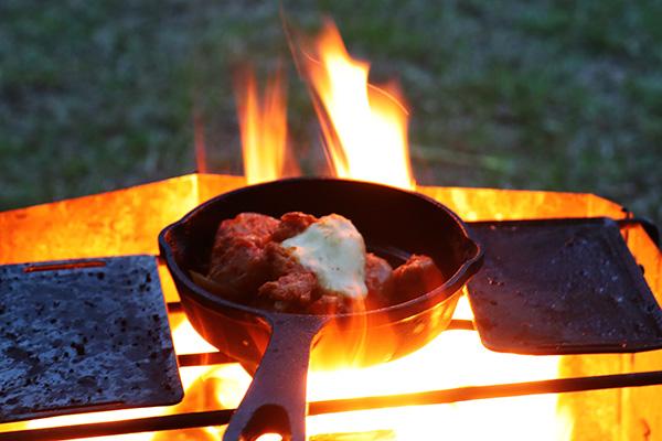 焚火でチーズダッカルビを温める