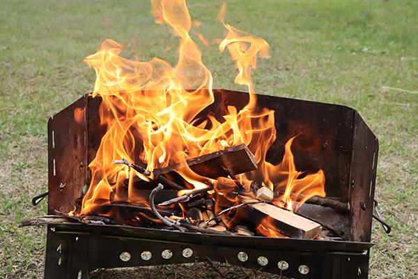 薪グリルで焚き火