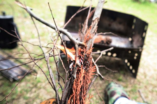 火口から枯れ枝に火をつける