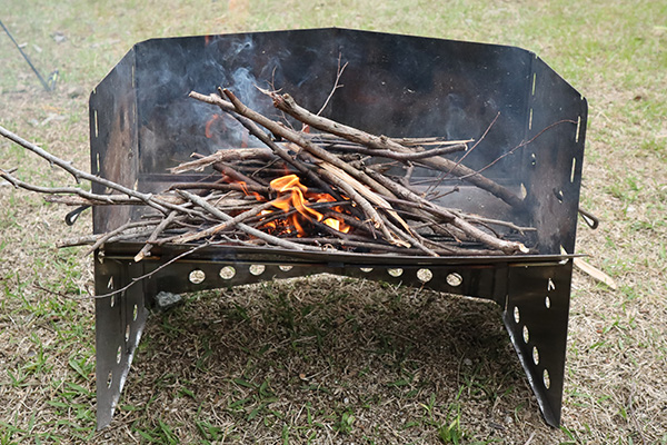 薪グリルの焚き火の火種