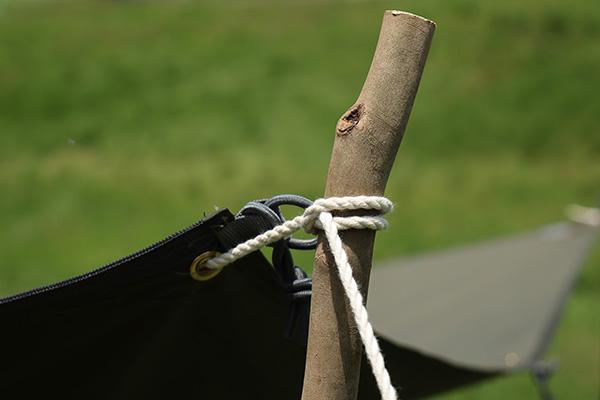 ポールがわりの木の枝を棒結び